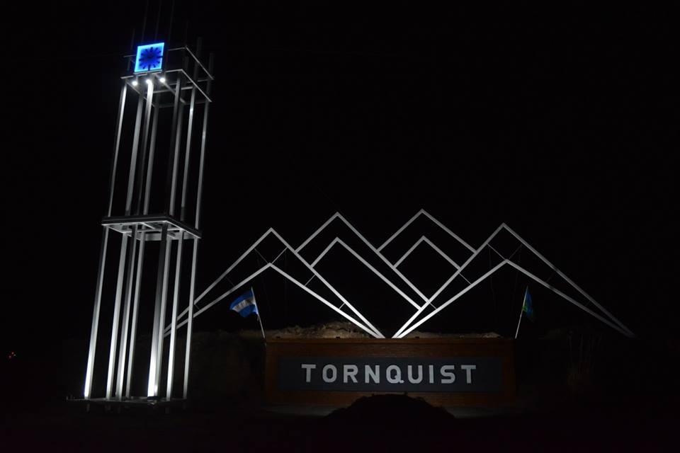 TORNQUIST CUENTA CON UN NUEVO CARTEL QUE IDENTIFICA EL INGRESO A LA CIUDAD (VIDEOS ENTREVISTAS)