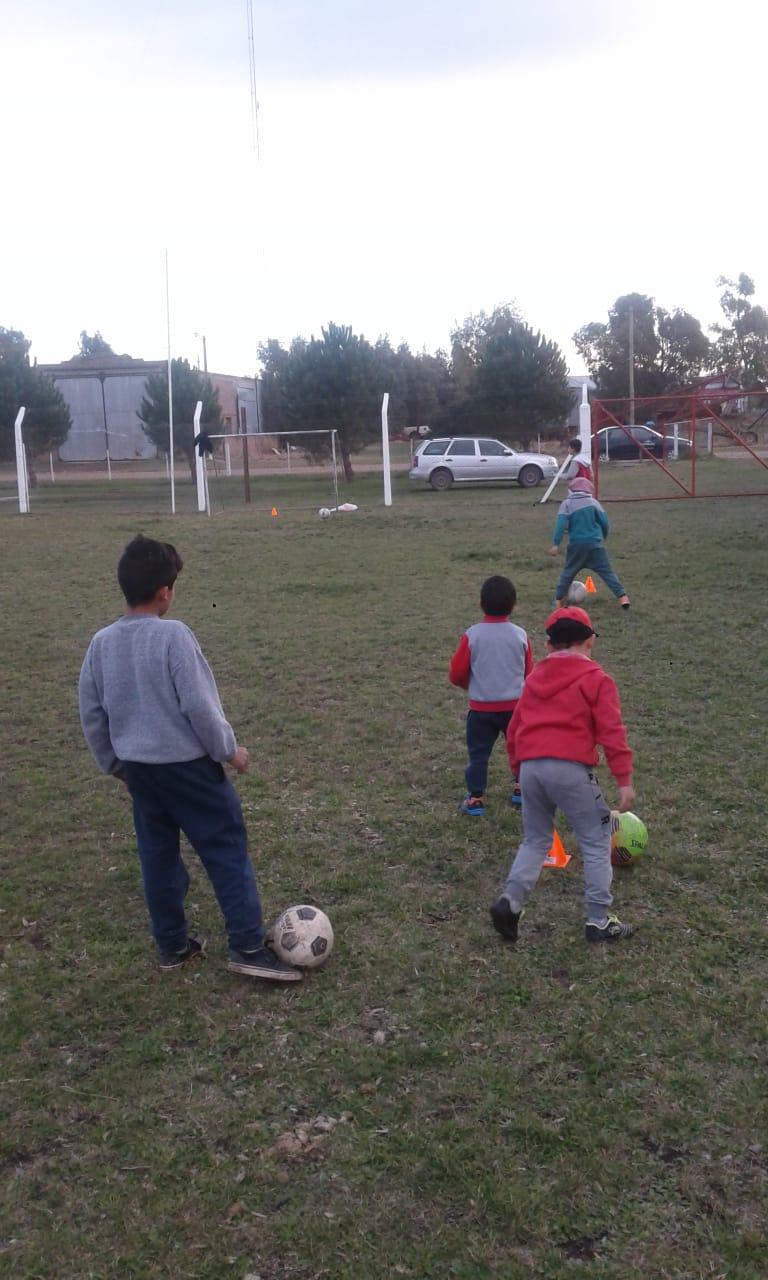 Invitan a niños y jóvenes a formar parte de la escuelita de fútbol del Club Sportman